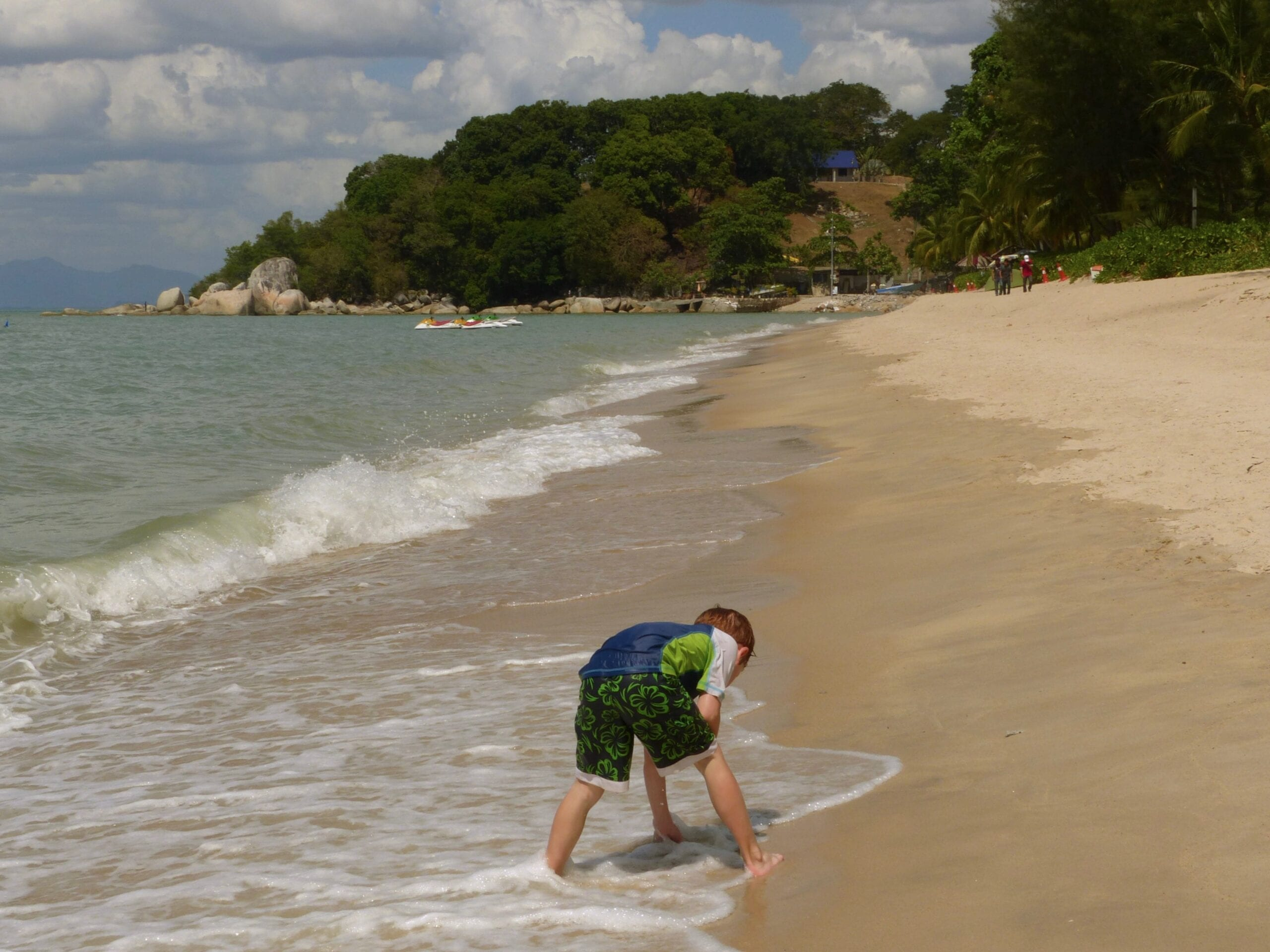 Batu Feringhi Beach mit Kind in Penang (Malaysia)
