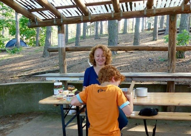 Frühstück beim Zelten mit Kind auf dem Campingplatz Hexenwäldchen