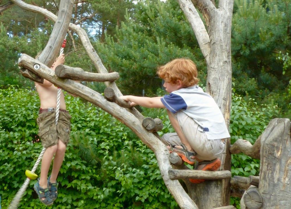 Kinder auf dem Campingplatz mit Spielplatz, Mecklenburgische Seenplatte