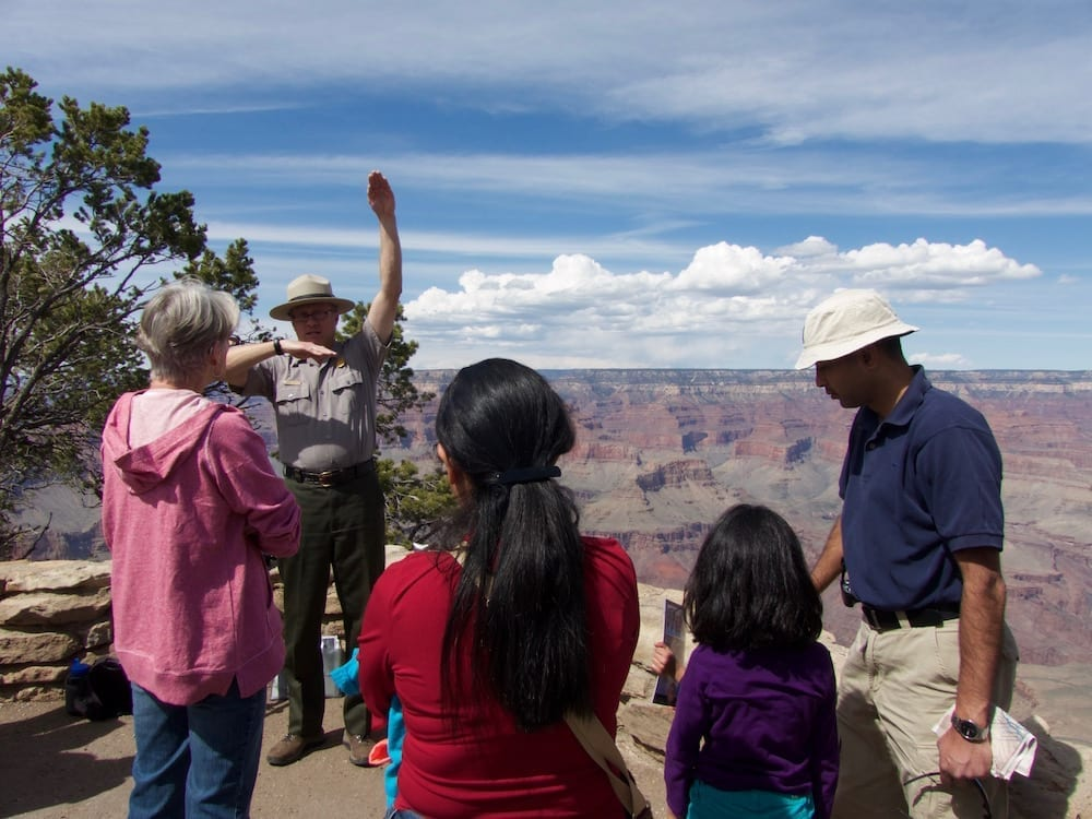 mit-kind-am-grand-canyon-park-ranger