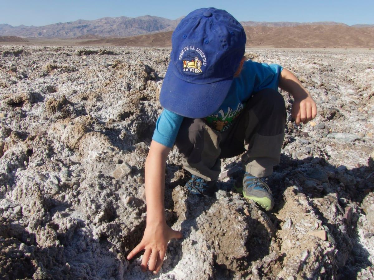 Death Valley mit Kind - Salzkruste