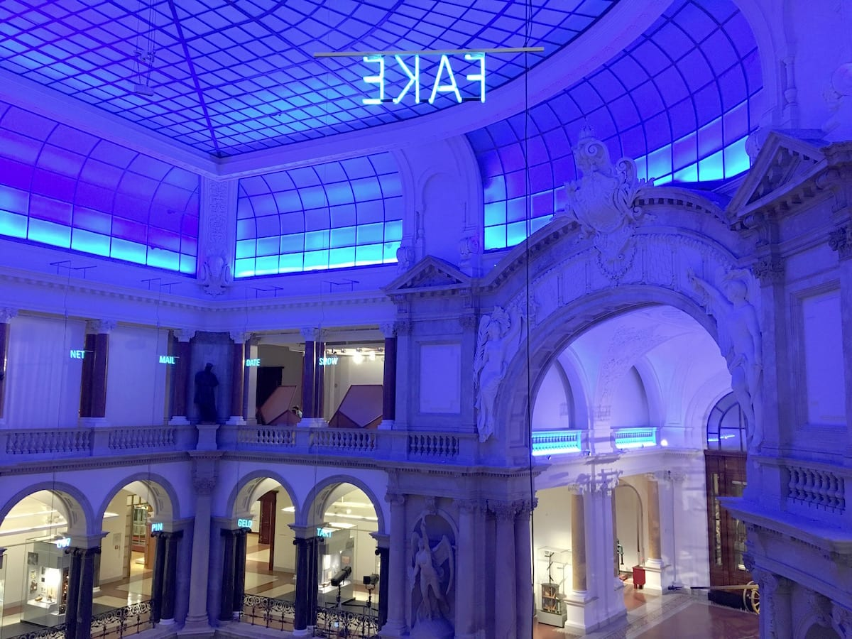 Kommunikationsmuseum Berlin mit Kind in blau