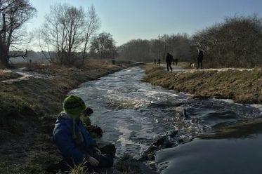 Wandern mit Kindern im Naturschutzgebiet Erpetal - am Bach