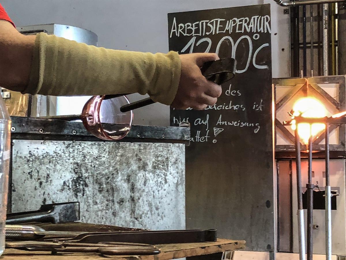 Glasbläser live erleben beim Familienausflug zum Museumsdorf Glashütte