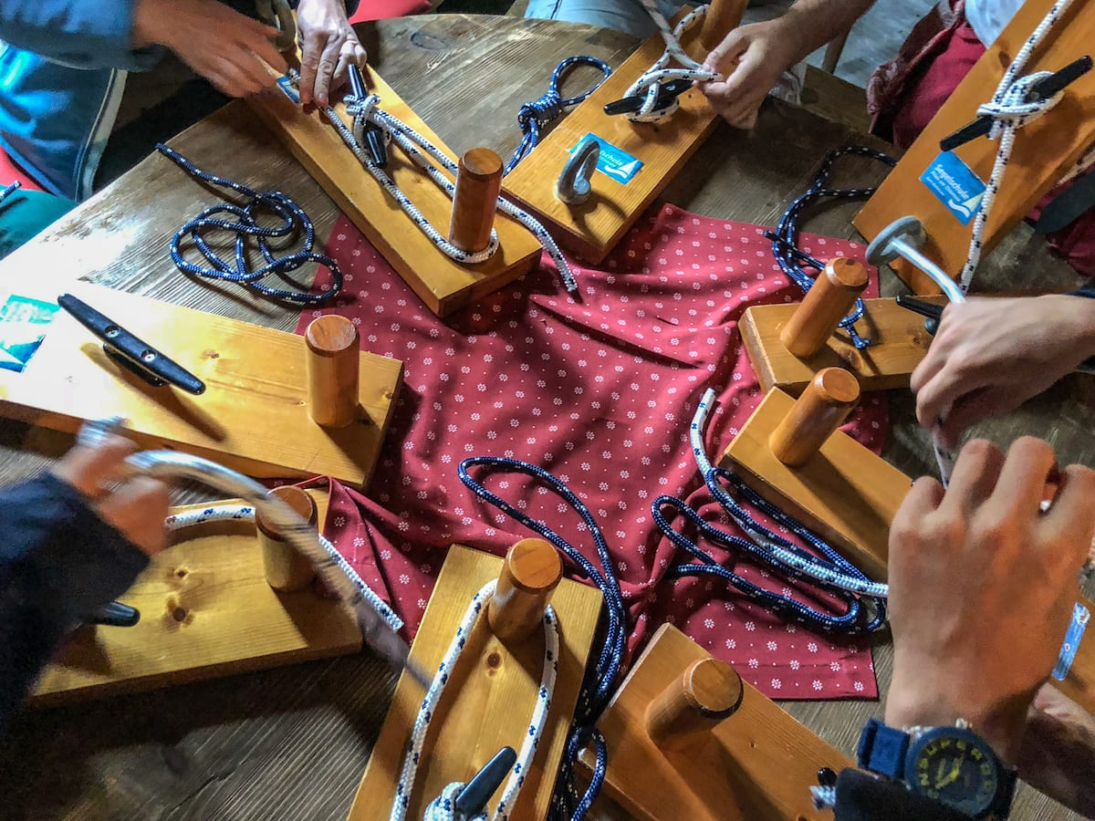 Knotenkunde beim Segelkurs mit Kind in Prien am Chiemsee
