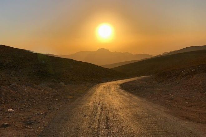 Jordanien-Rundreise mit Kindern - Sonnenuntergang auf der Straße