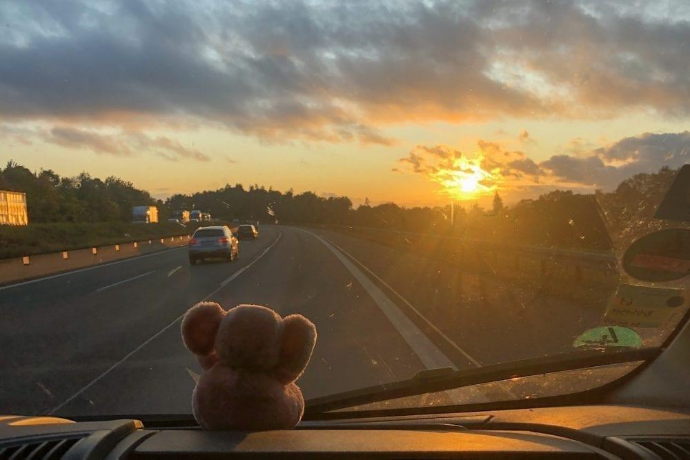 Roadtrip mit Kind bei Sonnenuntergang