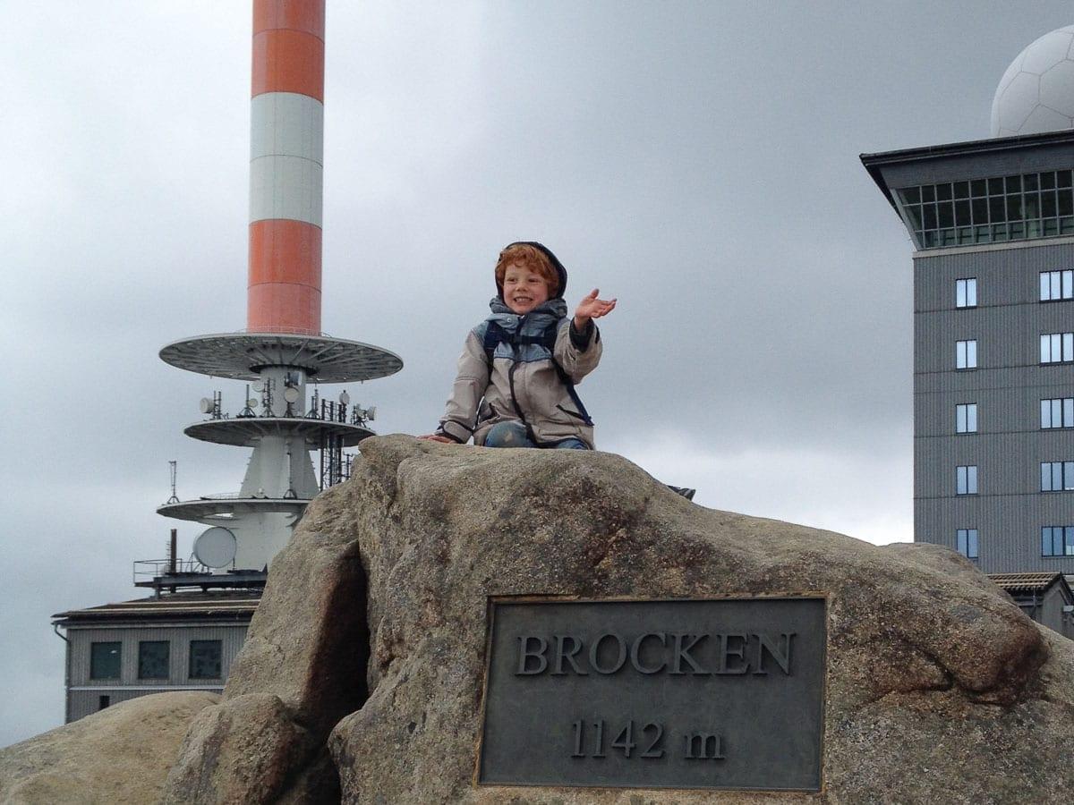 Wandern mit Kindern im Harz auf dem Brocken Gipfel