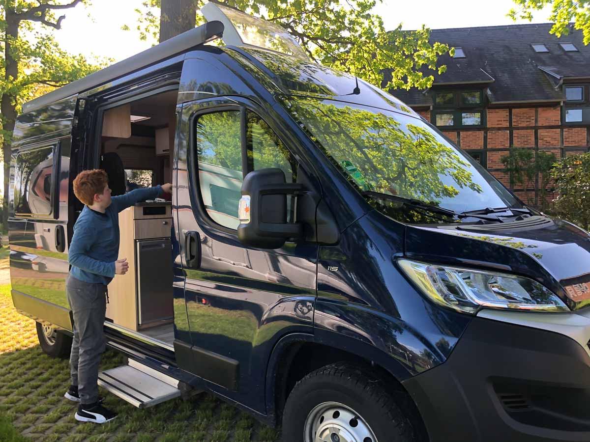 Kind am Wohnmobil in Brandenburg